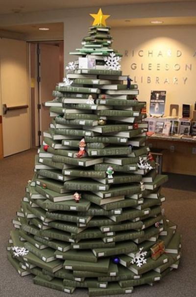 tambin la imaginacin es importante para montar tu arbol de navidad mira stos que originales son ideales para una tienda de libros o de juguetes o para